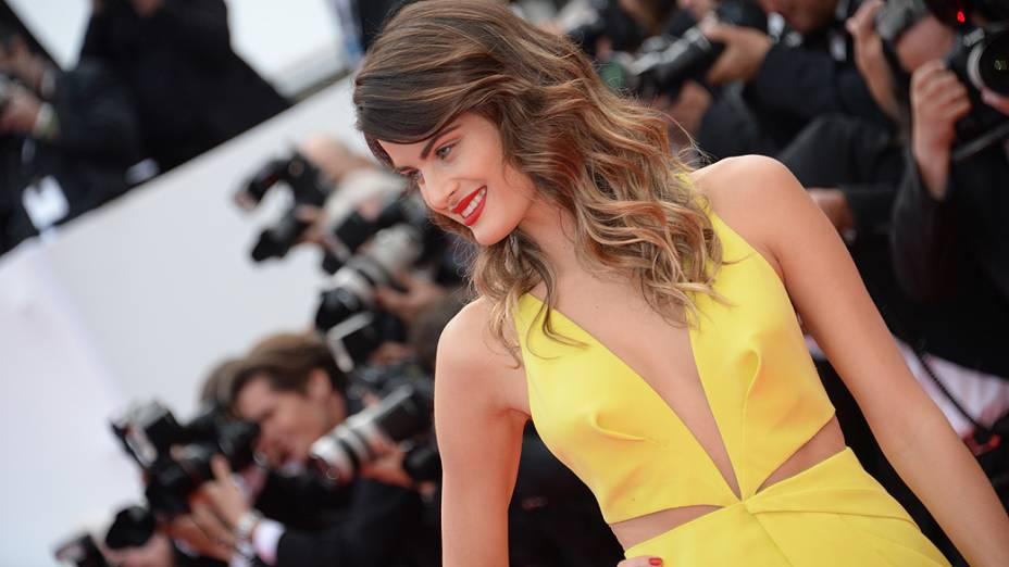 """Isabelli Fontana, no tapete vermelho para a première do filme """"Saint Laurent"""", neste sábado (17), no Festival de Cannes 2014"""