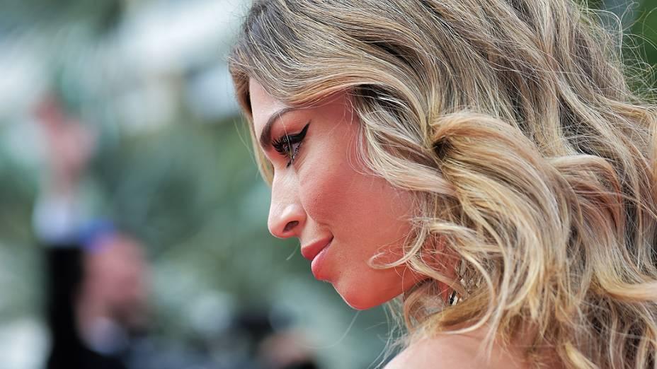 """Grazi Massafera, no tapete vermelho para a première do filme """"Saint Laurent"""", neste sábado (17), no Festival de Cannes 2014"""