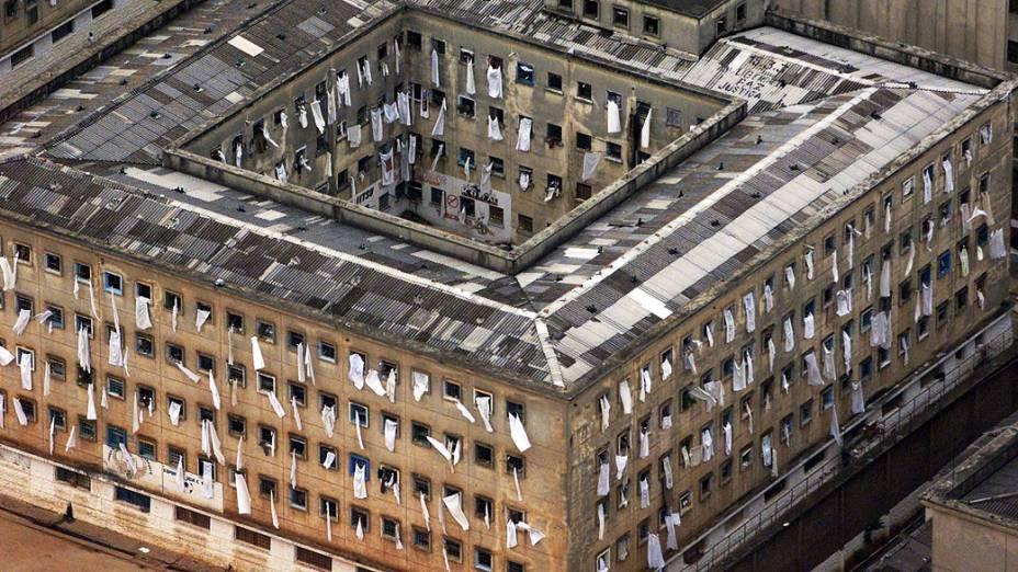 Vista aérea de um dos pavilhões do complexo penitenciário do Carandiru com lençóis brancos nas janelas pedindo paz após a invasão da PM. Cerca de 27 mil presos se rebelaram simultaneamente em 24 presídios de 19 cidades paulistas. O motim, o maior do país, começou no complexo penitenciário do Carandiru