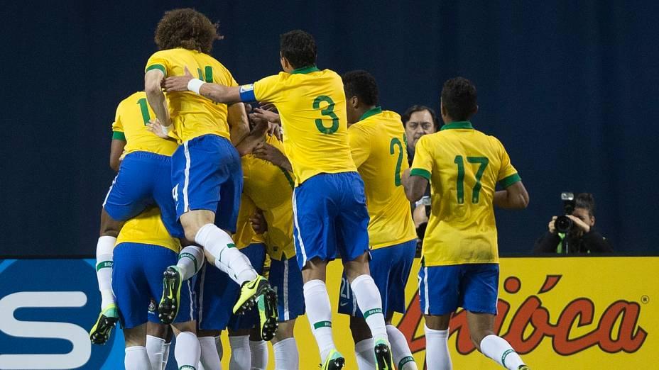 Brasileiros comemoram gol marcado por Hulk contra o Chile