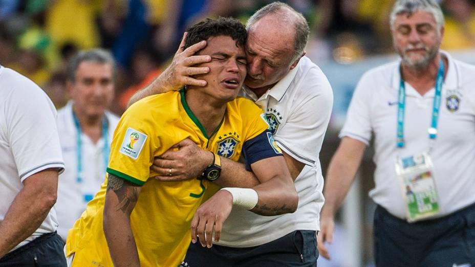 Felipão abraça Thiago Silva após vitória do Brasil sobre o Chile