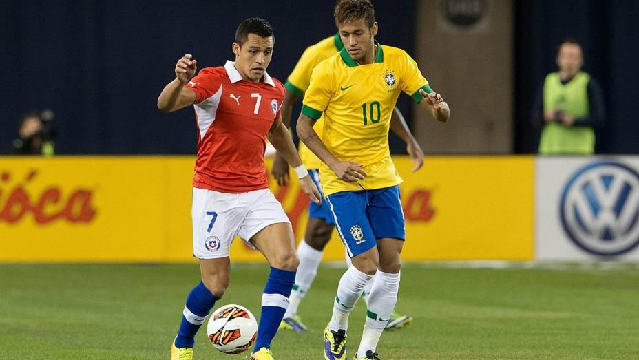 Neymar observa Alexis Sánchez conduzir a bola