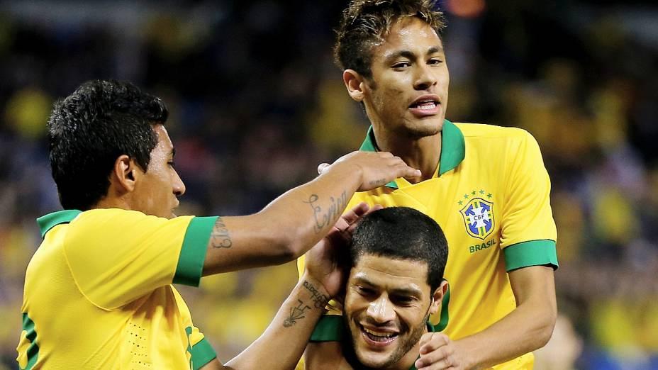 Paulinho e Neymar comemoram gol com Hulk