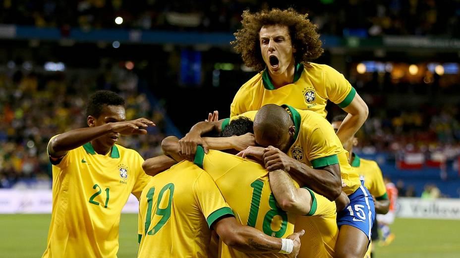 Jogadores do Brasil celebram o primeiro gol da equipe contra o Chile