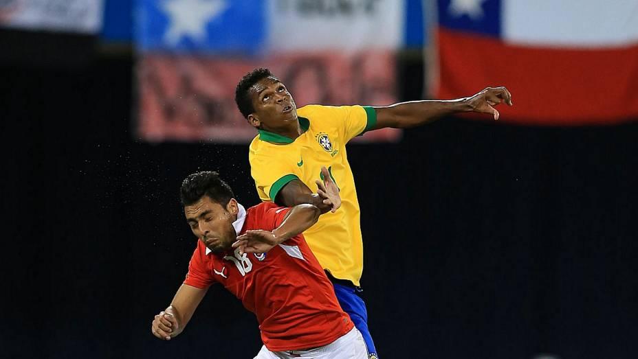 Jô disputa lance com o chileno Jara