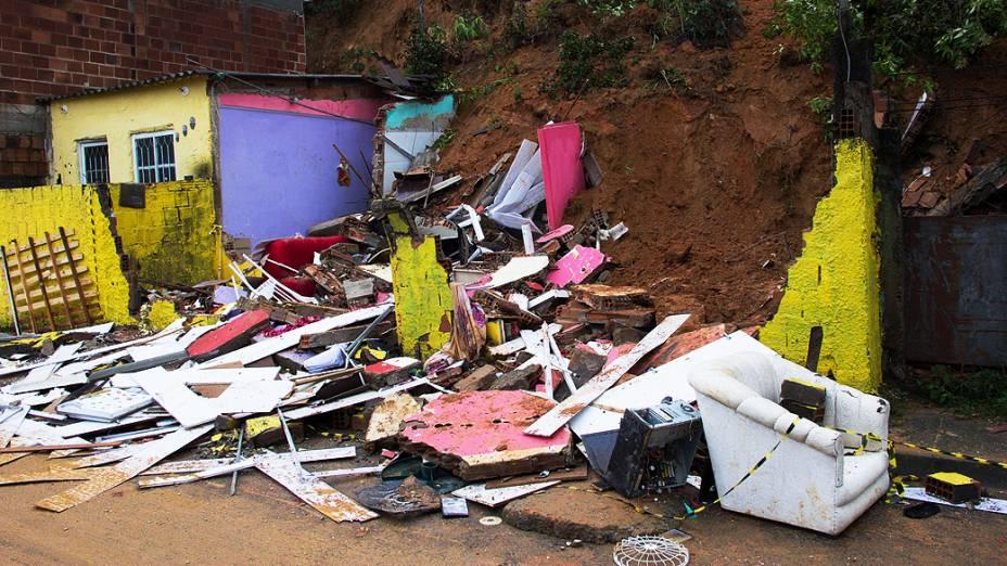 Casa é atingida por deslizamento de terra na Vila Zenith, em Austin, Nova Iguaçu nesta quinta-feira (12), Rio de Janeiro