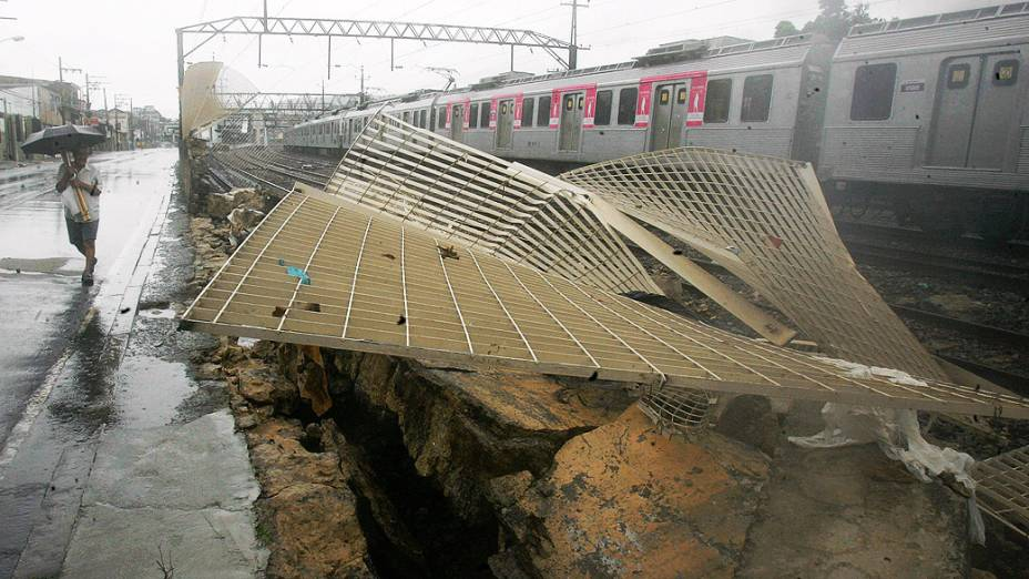 Queda de um muro na estação de trens da Piedade, na zona norte do Rio de Janeiro provocou atrasos nesta quarta-feira (11)