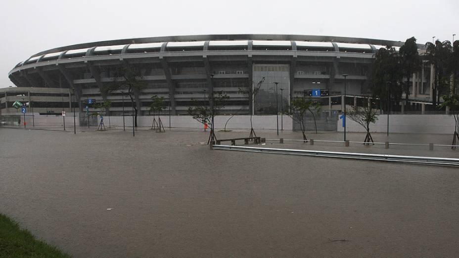 Alagamento atingiu na manhã desta quarta-feira (11) a avenida Radial Oeste, na altura do Estádio do Maracanã, na zona norte do Rio de Janeiro