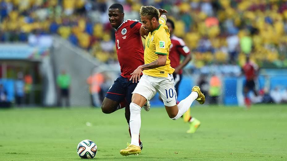 Neymar disputa a bola no jogo contra a Colômbia no Castelão, em Fortaleza