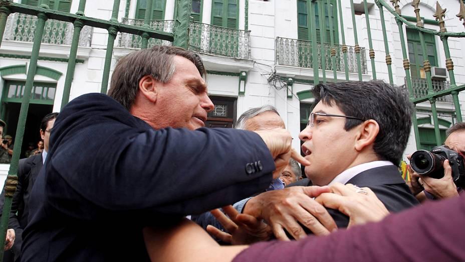 O deputado Jair Bolsonarodiscute com o senador do Psol Randolf Rodriguesdurante visita da Comissão da Verdade e Justiça às antigas instalações do Doi-Codi, em quartel do Exército na Tijuca