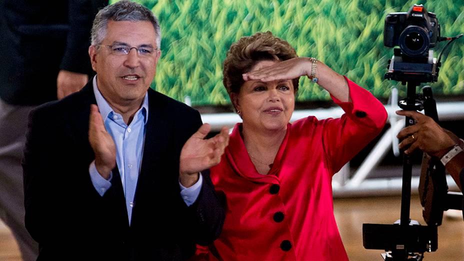 A presidente Dilma Rousseff ao lado de Alexandre Padilha durante comemoração do aniversário de 34 anos do PT no Anhembi, em São Paulo (SP)