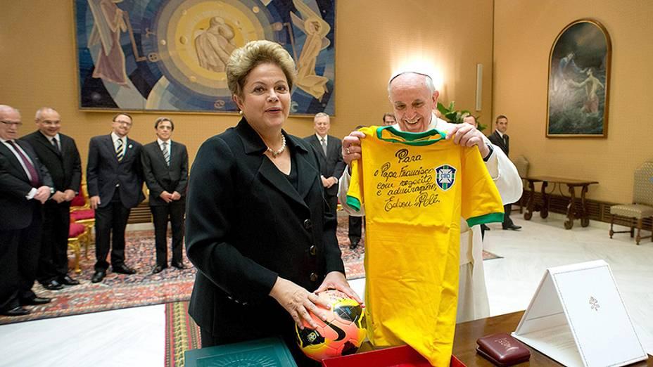 Presidente Dilma Rousseff entrega uma camisa da seleção brasileira, autografadapor Pelé,e uma bola para o papa Francisco, durante audiência privada com o pontíficeno Vaticano