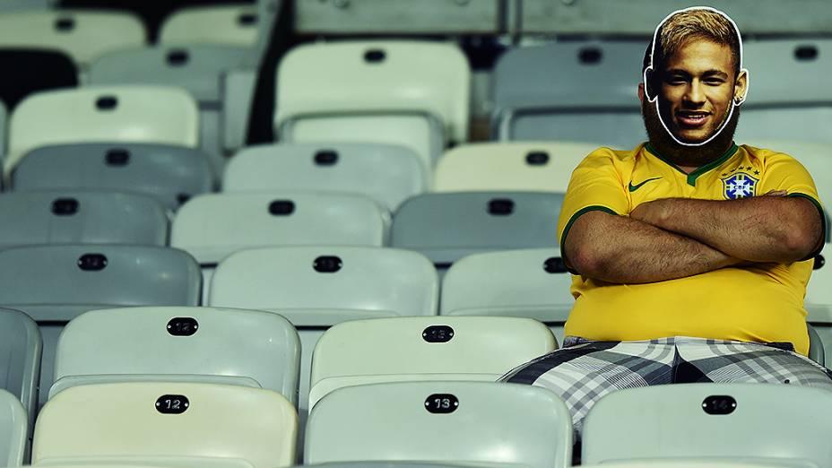 Torcedor do Brasil com máscara de Neymar permanece no estádio após derrota para a Alemanha