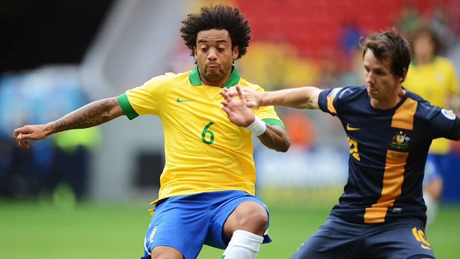 Marcelo disputa jogada no amistoso entre Brasil e Austrália no estádio Mané Garrincha em Brasília