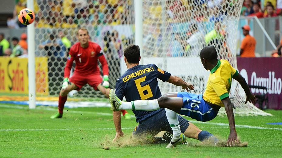 Ramires arrisca jogada no amistoso entre Brasil e Austrália no estádio Mané Garrincha em Brasília