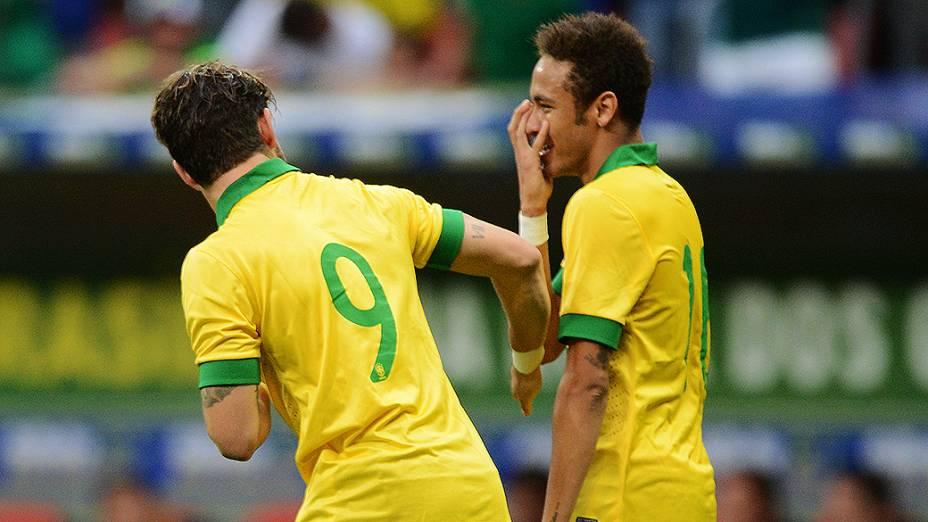 Pato e Neymar comemoram gol da seleção no amistoso contra a Austrália, no estádio Mané Garrincha, em Brasília