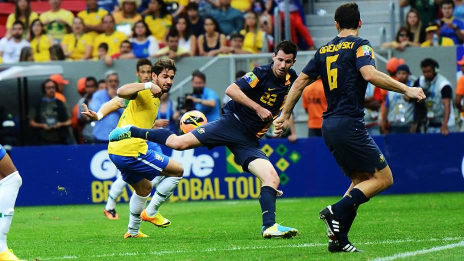Pato arrisca jogada no amistoso entre Brasil e Austrália no estádio Mané Garrincha em Brasília