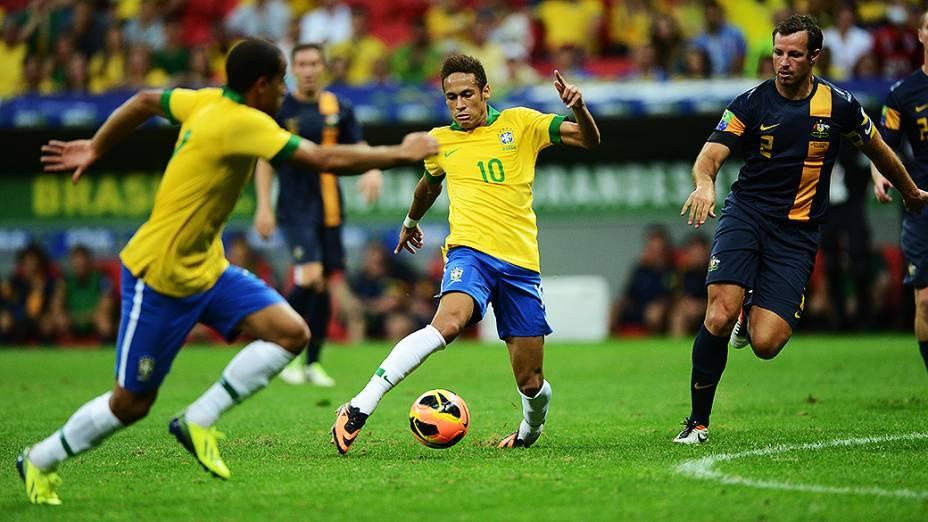 Neymar tenta jogada no amistoso entre Brasil e Austrália no estádio Mané Garrincha em Brasília