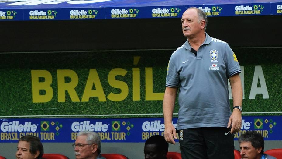 Felipão acompanha a goleada de seus comandados sobre a Austrália em amistoso disputado no estádio Mané Garrincha, em Brasília