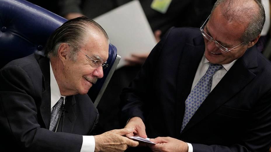 Senador José Sarney entrega seu voto ao Senador Renan Calheiros durante eleição para o novo presidente do Senado