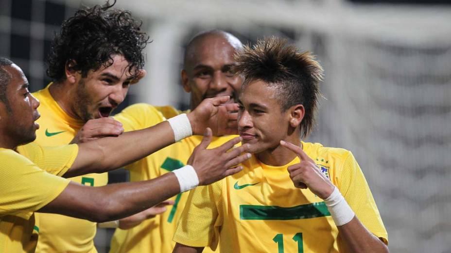 Os jogadores da Seleção Brasileira comemoram o segundo gol de Neymar durante a partida entre Brasil e Equador, válida pela primeira fase da Copa América, disputada na Argentina