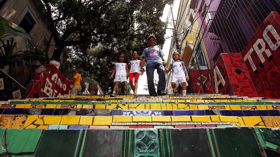 Moradores do bairro de Santa Teresa descem a escadaria do Convento decorada pelo artista plástico chileno, Jorge Selarón