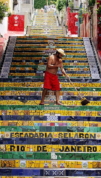 Artista plástico chileno, Jorge Selarón posa na escadaria do Convento de Santa Teresa em novembro de 2007