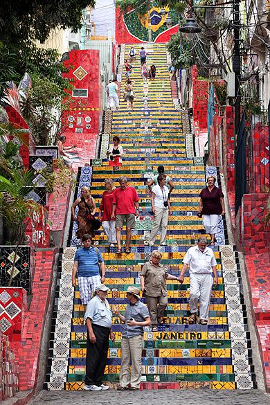 Moradores do bairro de Santa Teresa descem a escadaria do Convento decorada pelo artista chileno, Jorge Selarón