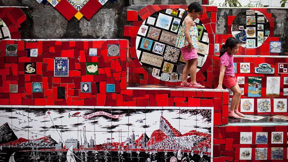 Turistas colombianas descem a escadaria do Convento de Santa Teresa decorada pelo artista plástico chileno, Jorge Selarón