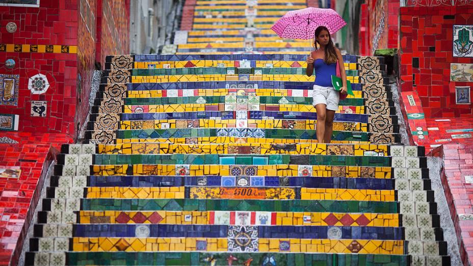Mulher desce a escadaria do Convento de Santa Teresa, Rio de Janeiro, decorada pelo artista plástico chileno, Jorge Selarón