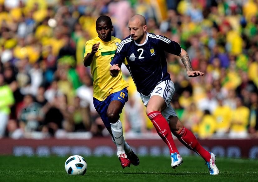 Ramires, do Brasil, disputa a bola com Alan Hunton, durante amistoso entre as seleções do Brasil e Escócia, em Londres - 27/03/2011