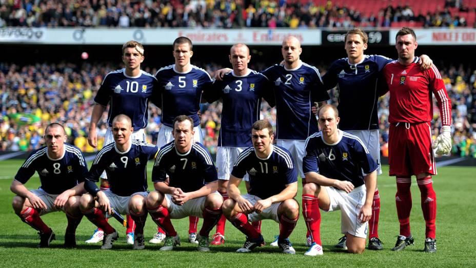 Seleção da Escócia posa para a foto oficial antes do amistoso contra o Brasil, em Londres - 27/03/2011