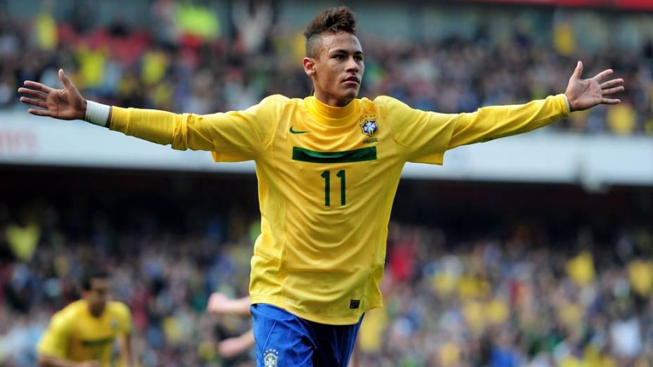 Neymar comemora o primeiro gol durante amistoso entre as seleções do Brasil e Escócia, em Londres - 27/03/2011