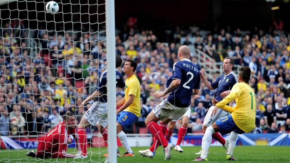 Jogadores observam a bola no ar, pouco antes do primeiro gol do Brasil em amistoso contra a seleção da Escócia, em Londres - 27/03/2011