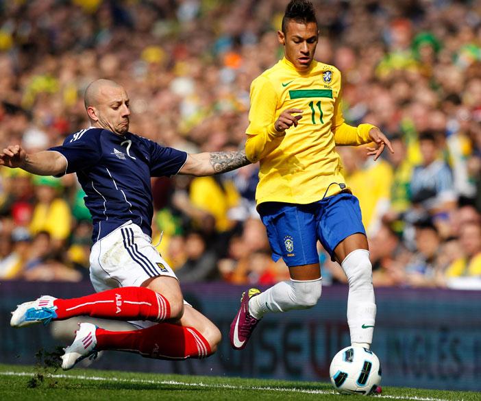 Neymar disputa a bola com Alan Hunton, durante amistoso entre as seleções do Brasil e Escócia, em Londres - 27/03/2011