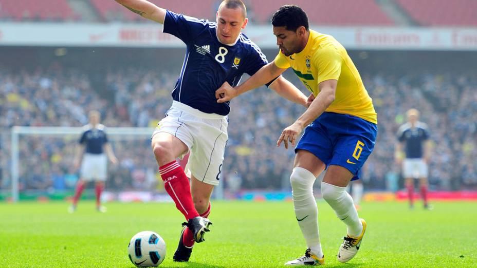 André Santos disputa a bola com Scott Brown, durante amistoso entre as seleções do Brasil e Escócia, em Londres - 27/03/2011