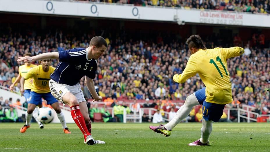 Neymar é bloqueado por Gary Caldwell, durante amistoso entre as seleções do Brasil e Escócia, em Londres - 27/03/2011