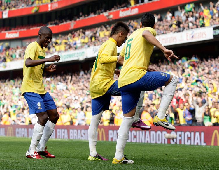 Ramirez, Neymar e André Santos comemoram gol contra a seleção da Escócia em amistoso no Emirates Stadium, em Londres - 27/03/2011