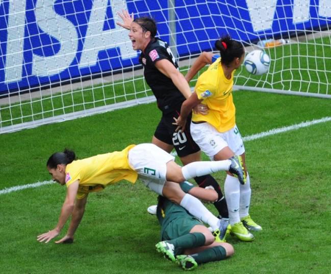 Wambach, dos EUA, comemora o gol contra de Daiane, do Brasil, na partida de quartas de final da Copa do Mundo feminina, em Dresden, na Alemanha