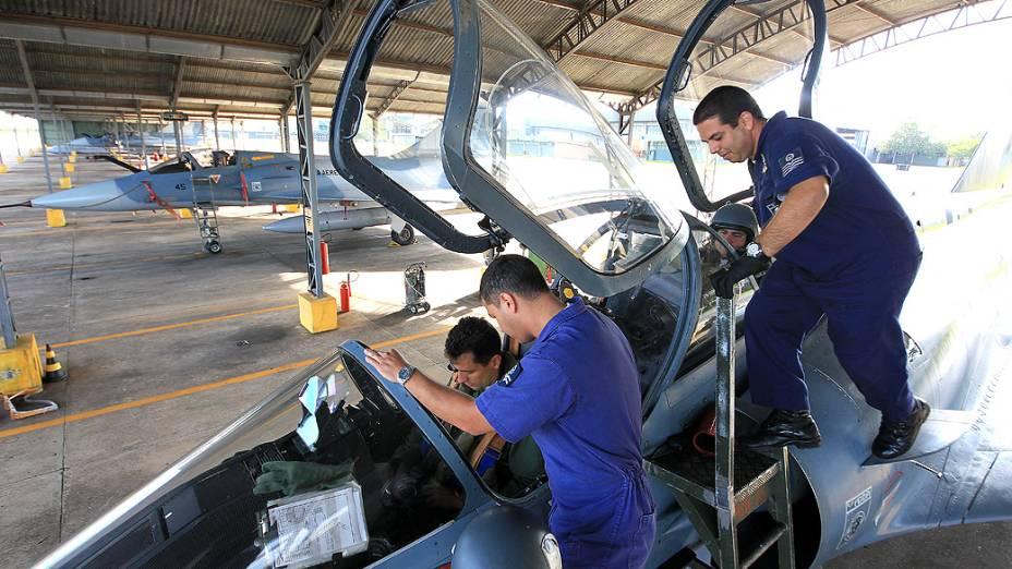 Duas aeronaves do esquadrão têm espaço para dupla de pilotos
