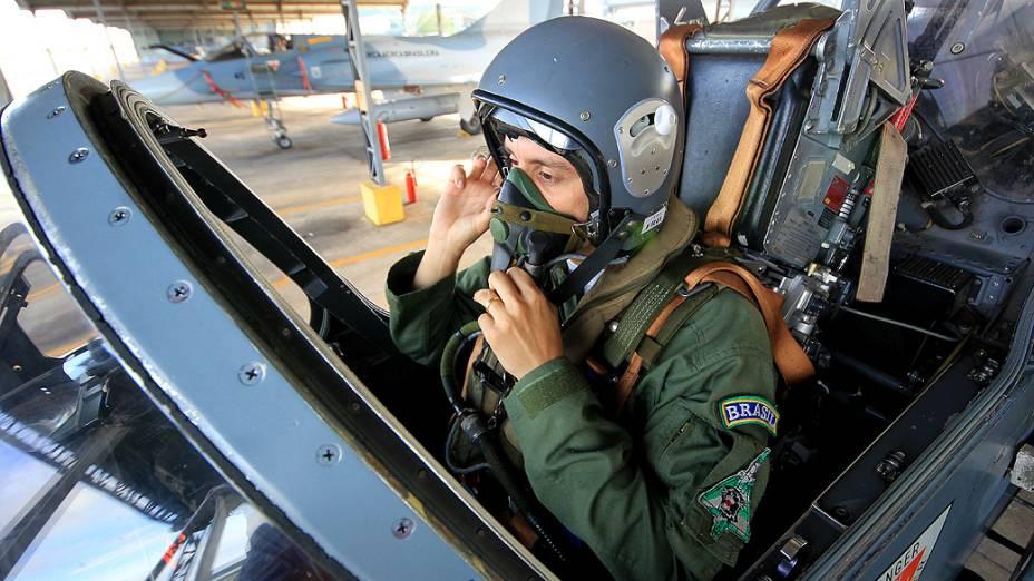 Piloto durante preparação para voo