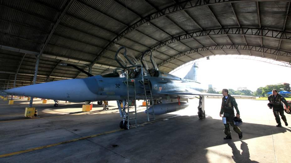 Dupla de pilotos se aproxima para um dos voos derradeiros no Mirage