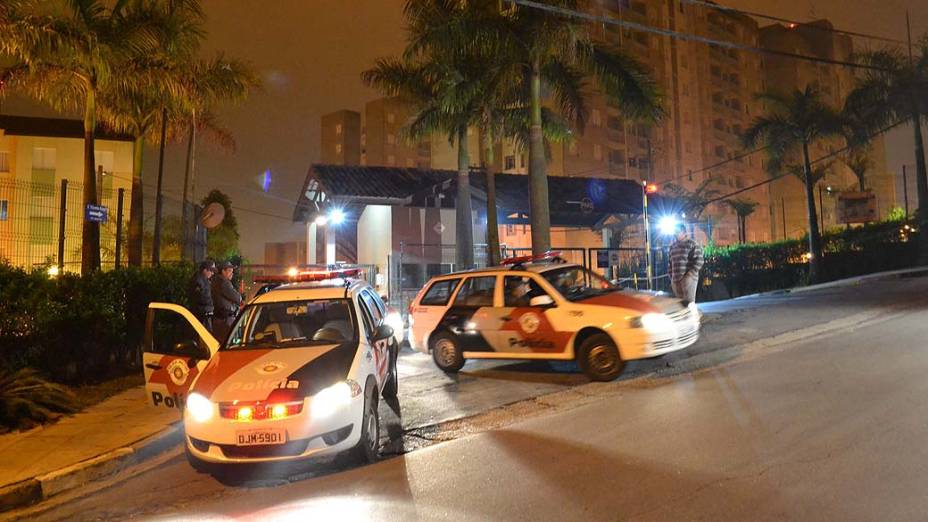 Família é encontrada morta dentro do condomínio Manaca, na Rua Masato Sakai em Ferraz de Vasconselos, na madrugada desta terça-feira. Segundo a polícia, a família foi encontrada pelo padrasto sendo três crianças, uma adolescente e a mãe. A perícia suspeita que a causa da morte seja envenenamento