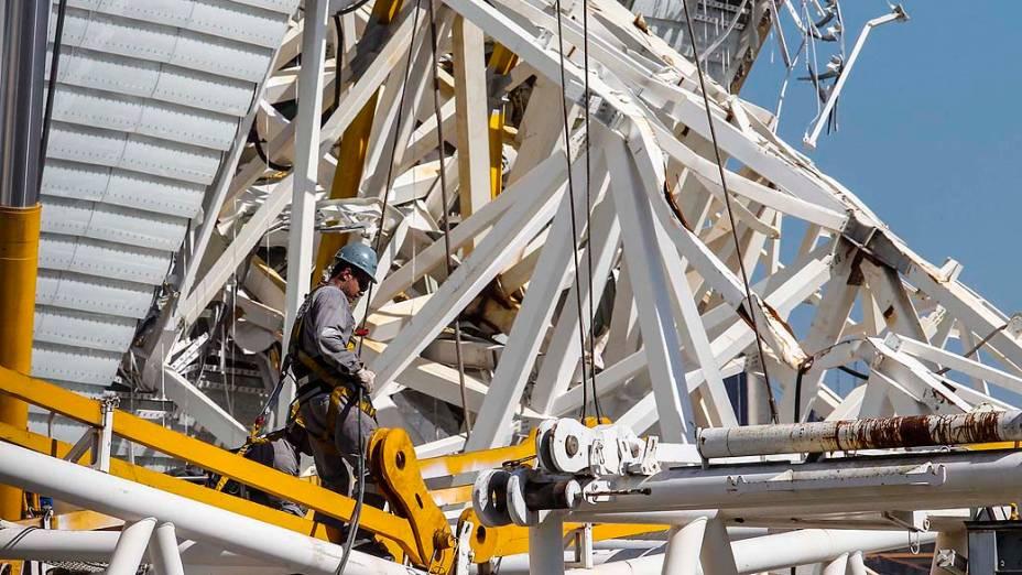 Operários realizam operação para retirada do guindaste que caiu sobre a estrutura do Itaquerão, em São Paulo, nesta sexta-feira (03)