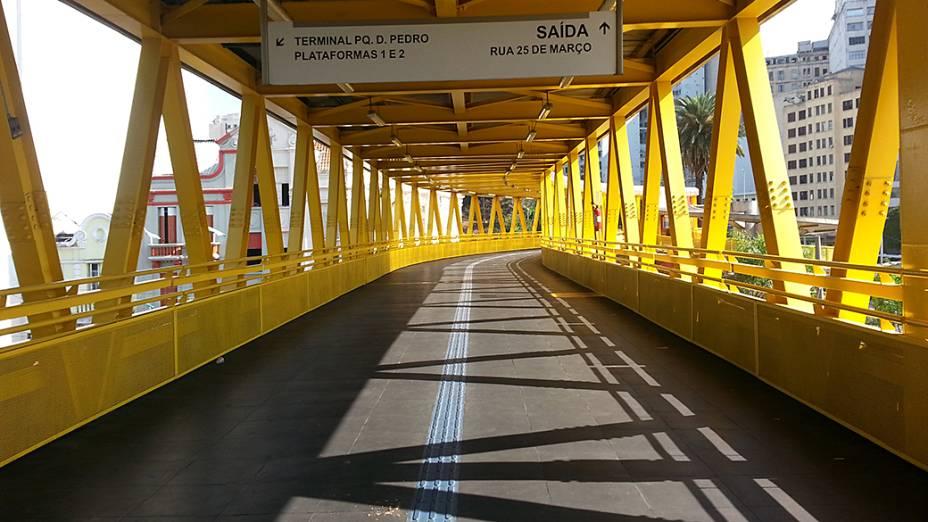 Passarela do Expresso Tiradentes vazia na entrada do Terminal Parque Dom Pedro no início da tarde desta terça-feira (20)