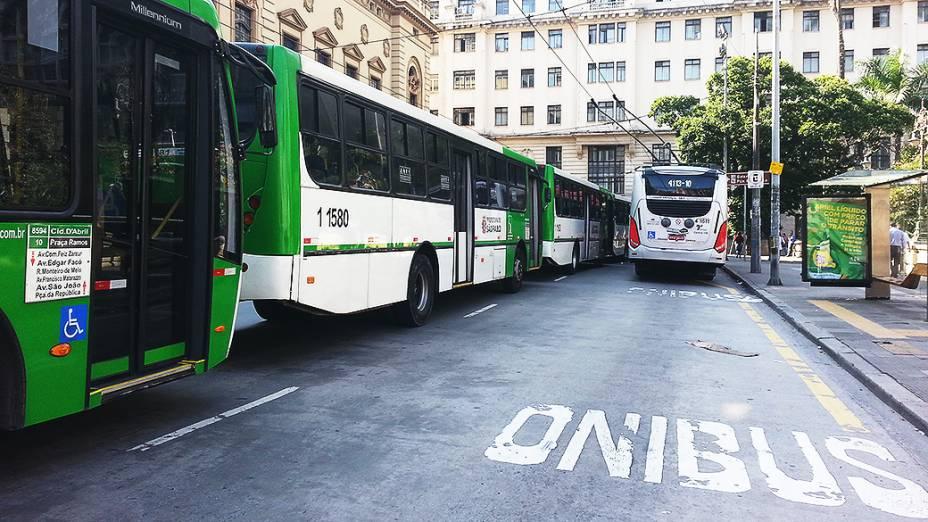 Ônibus parados na região do Viaduto do Chá, centro da capital paulista