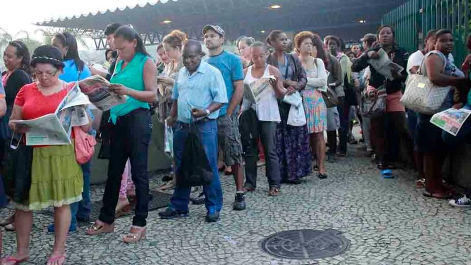 Movimentação intensa de passageiros em um ponto de ônibus no centro do Rio de Janeiro, na manhã desta quinta-feira (8), devido à paralisação de 24 horas de motoristas e cobradores do Rio. A categoria reivindica reajuste salarial e melhores condições de trabalho
