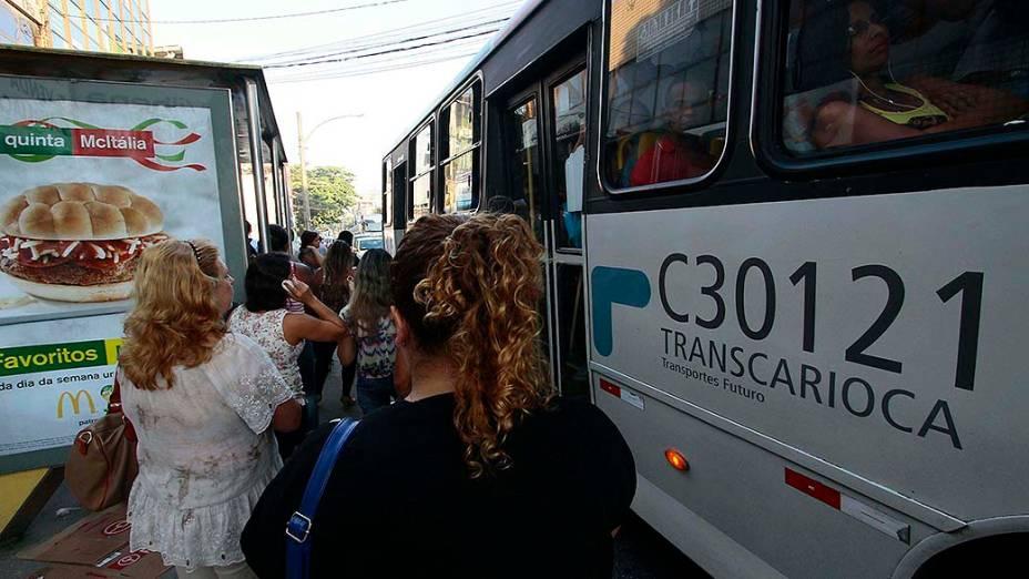 Movimentação intensa de passageiros em um ponto de ônibus na Estrada do Tindiba, em Jacarepaguá