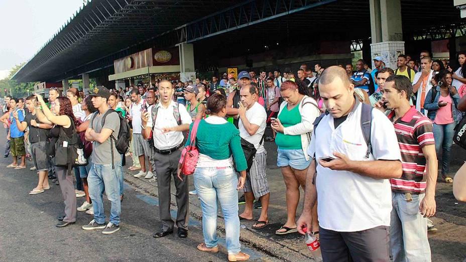 Movimentação intensa de passageiros em um ponto de ônibus na Central do Brasil