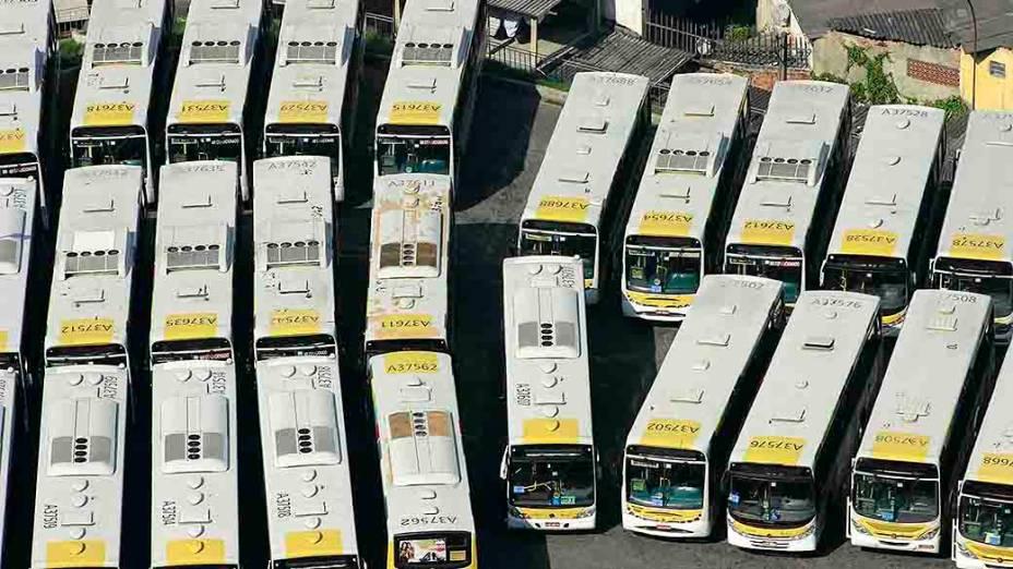 Ônibus parados na garagem da Transportes São Silvestre no Rio de Janeiro, na manhã desta quinta-feira (8), durante a paralisação de 24 horas de motoristas e cobradores